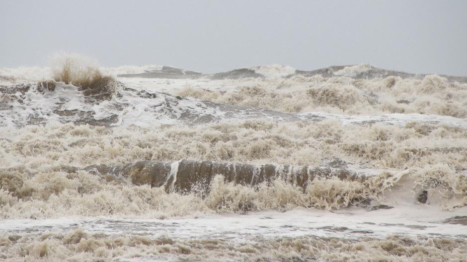 Woelige zanderige zee
