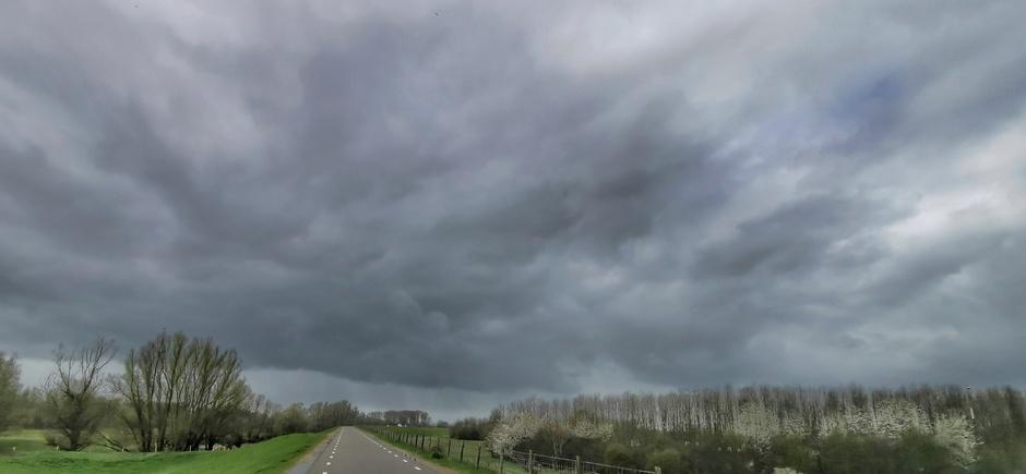 Donkere luchten met virga vanmiddag