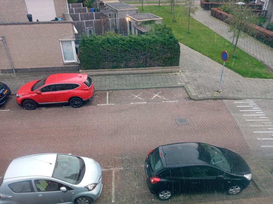Natte sneeuw, maar wordt niet wit, ook niet op auto's.