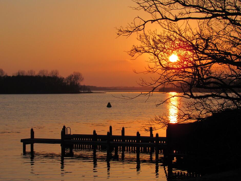 Genieten aan het Veerse-Meer met een prachtige zonsondergang