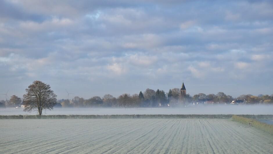 Rijp, Mist en een mooie wolkenlucht vanmorgen in de betuwe