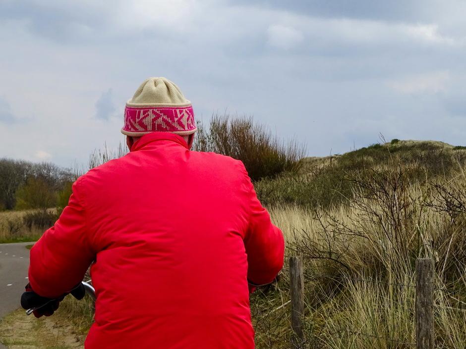 Koud windje dikke jas muts en handschoenenweer