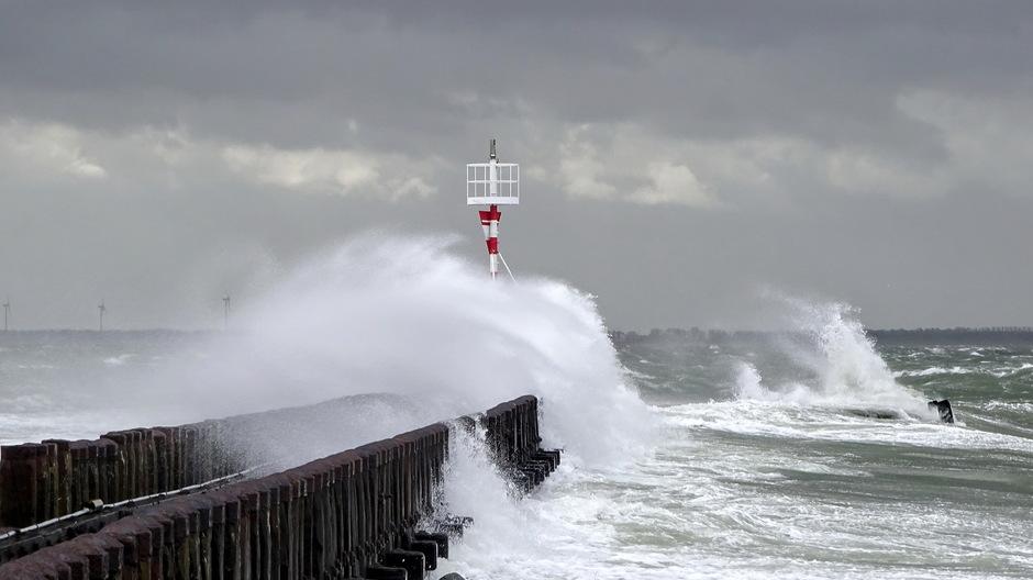 Stormachtig en onstuimig hoge golven