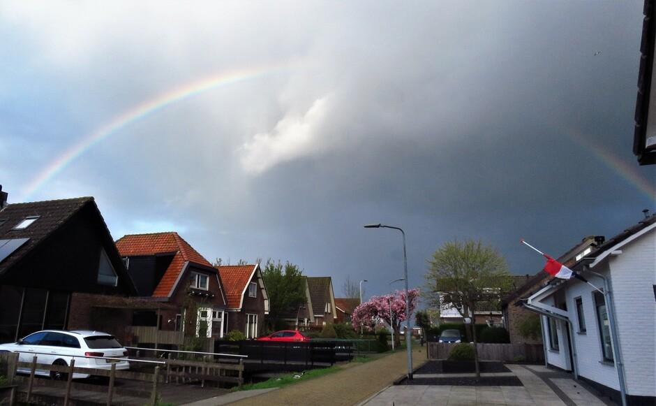 Regenboog boven het dorp