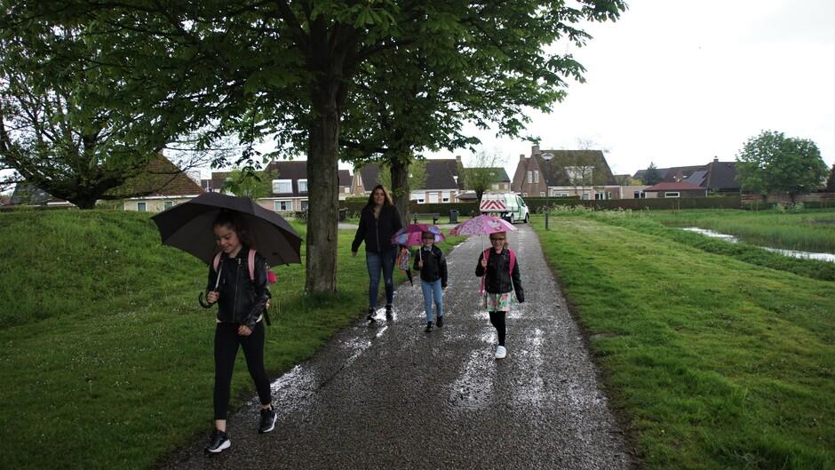 paraplu weer grijs en bewolkt 13 gr op weg naar school