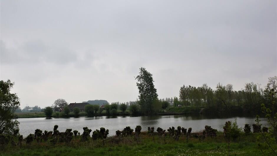 grijs en bewolkt weer 12 gr bij de weel met mooie natuur