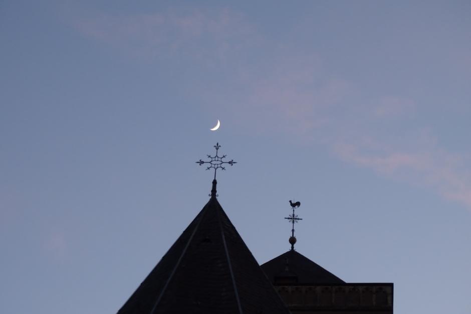Wassende maan boven Mariakerk