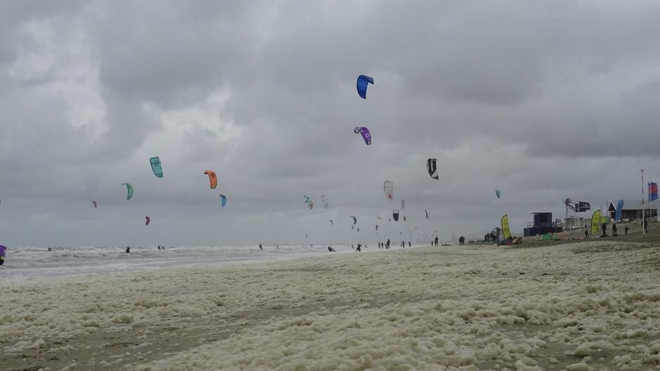 Schuim en surfers in Zandvoort