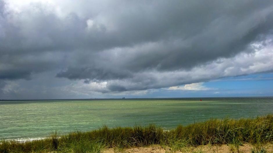 Donkere wolkenlucht en zon