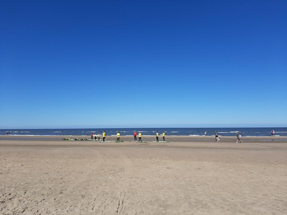Staal blauwe lucht aan de kust