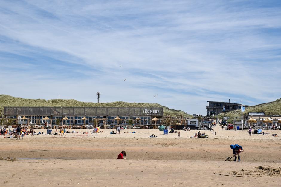 Boven zee blauw maar draai je je om gelijk over de duinen veel sluierbewolking, wel zonnig!