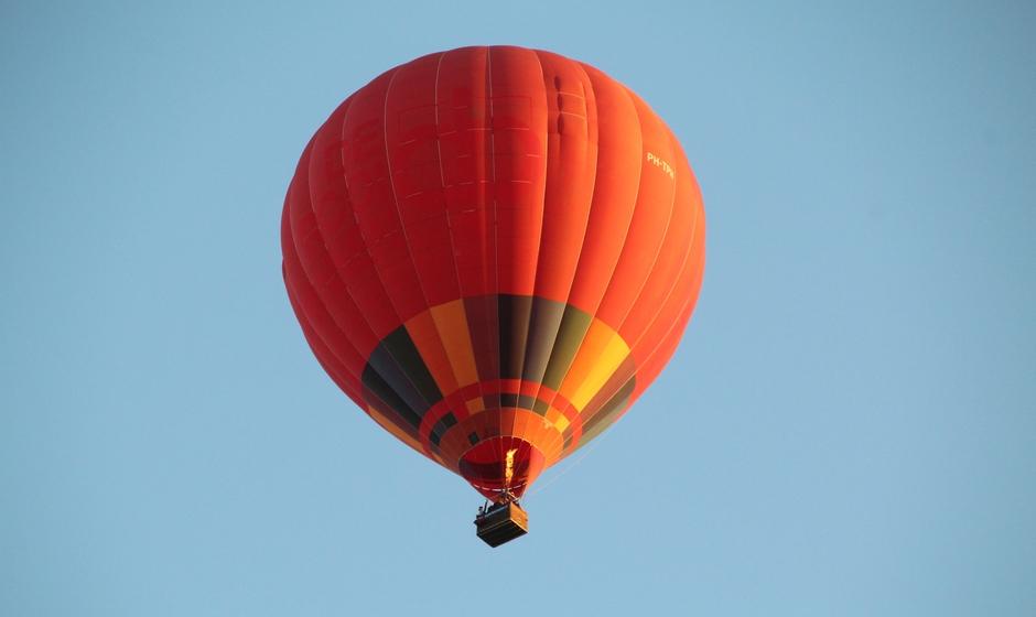 Een oranje luchtballon komt over tijdens de wedstrijd. Zal het helpen voor Oranje ?