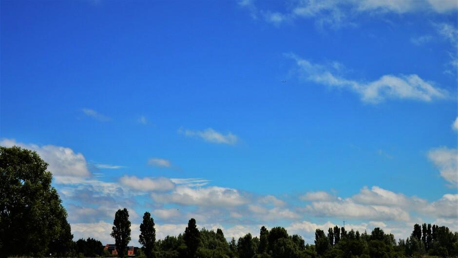 Zon En Stapelwolken Woensdagmiddag