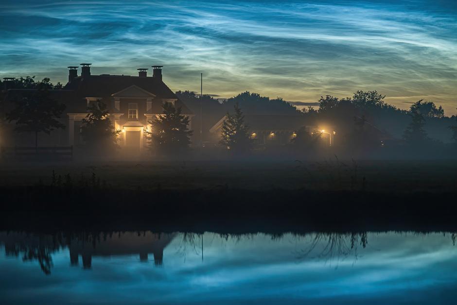 Lichtende nachtwolken en mist