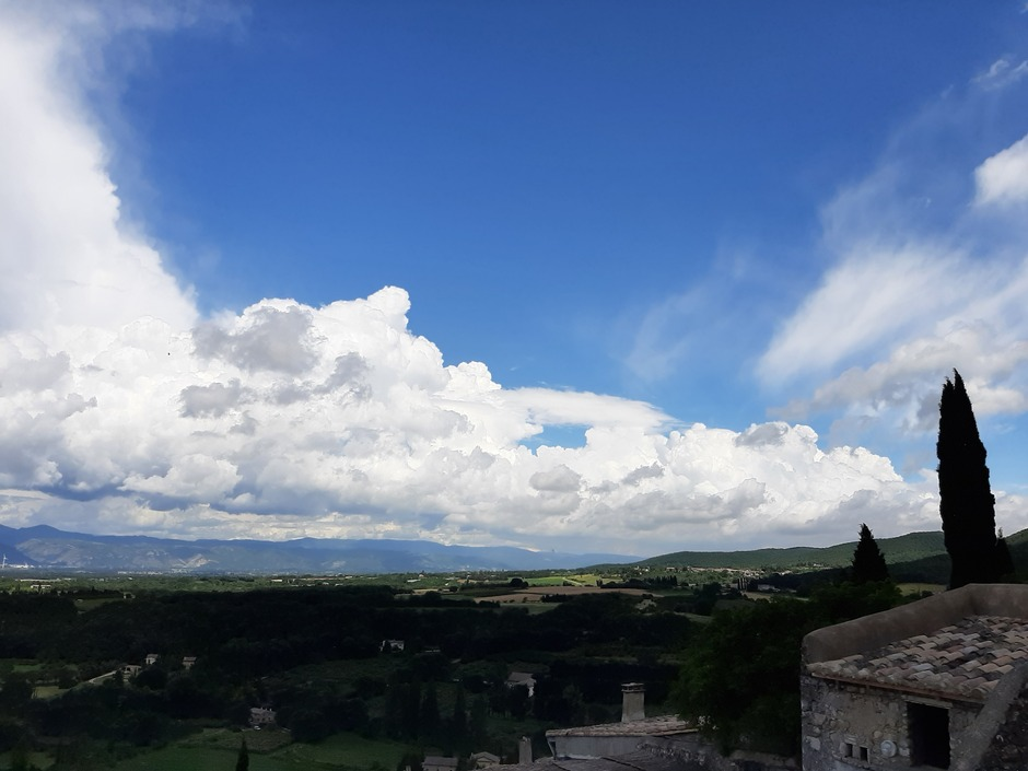 Wolken en blauwe lucht in Frankrijk