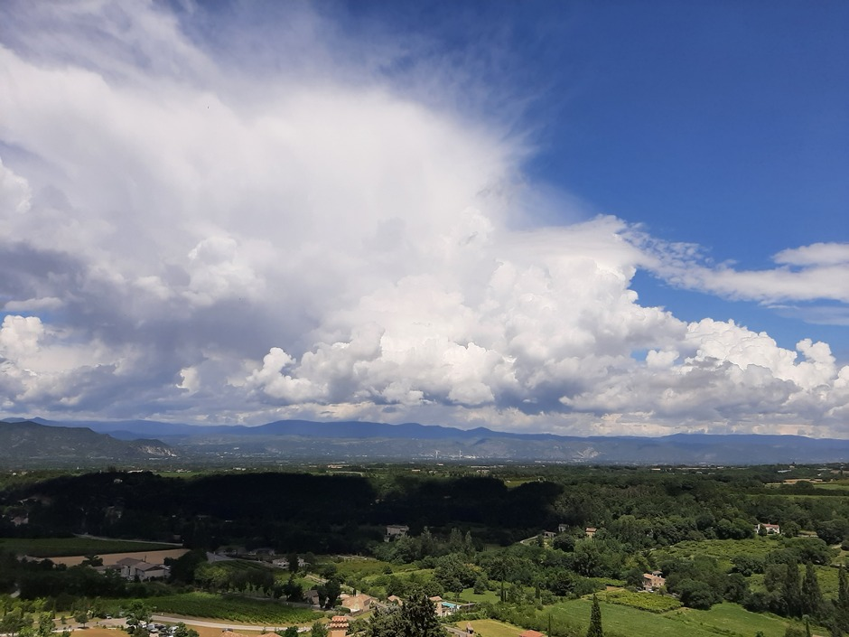 Wolken en wat blauwe lucht in Frankrijk