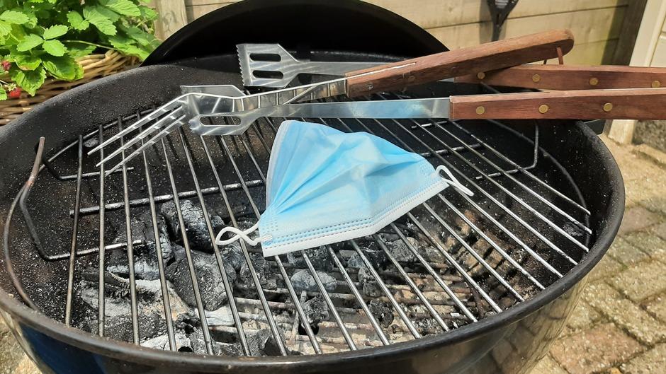 Het mondkapje kan als eerste op het vuur straks! #mondkapje #BBQ