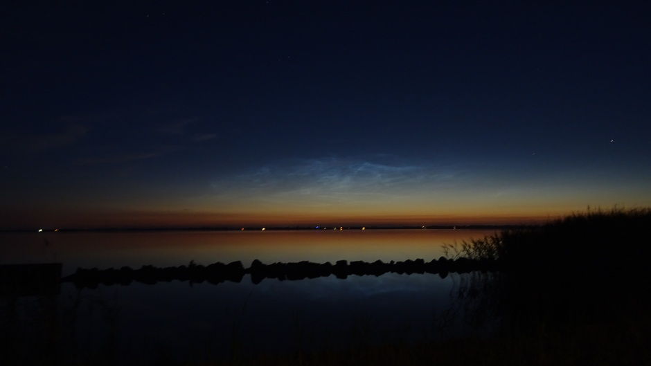 Prachtige lichtende nachtwolken