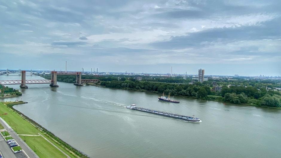 Hollands Glorie de zeesleper Elbe op de oude Maas bij de Spijkenisse brug met mooi weer
