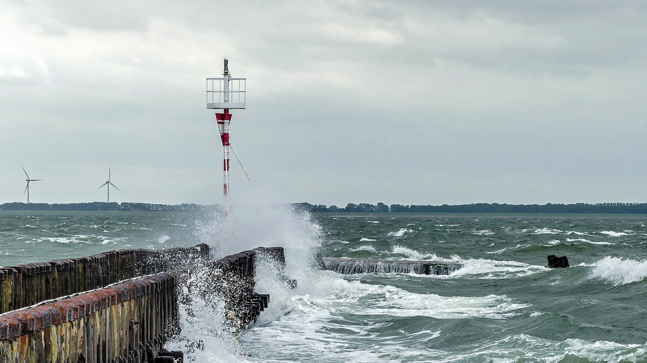 Wolken wind onstuimige golven