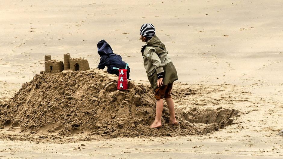 Strandvermaak met jassen aan