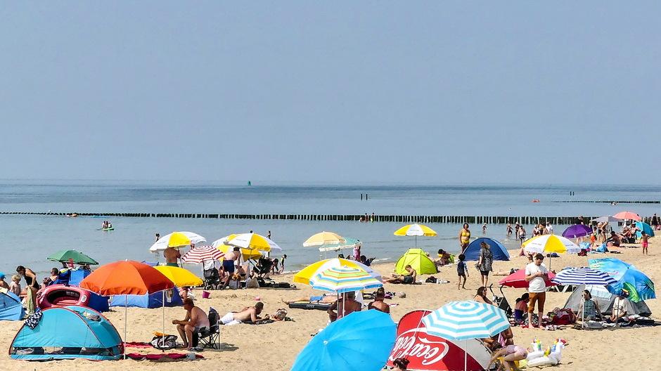 Zonovergoten warme stranddag