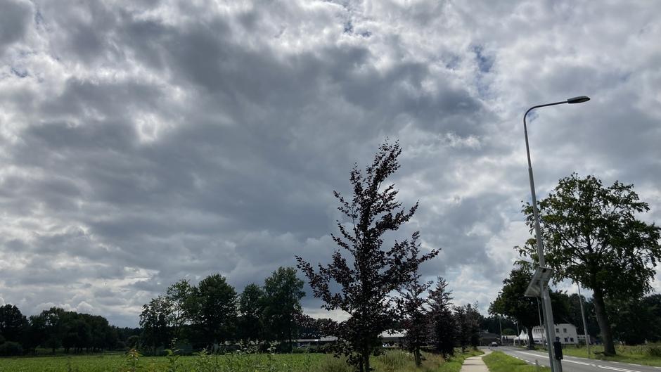 Donkere wolken drijven over