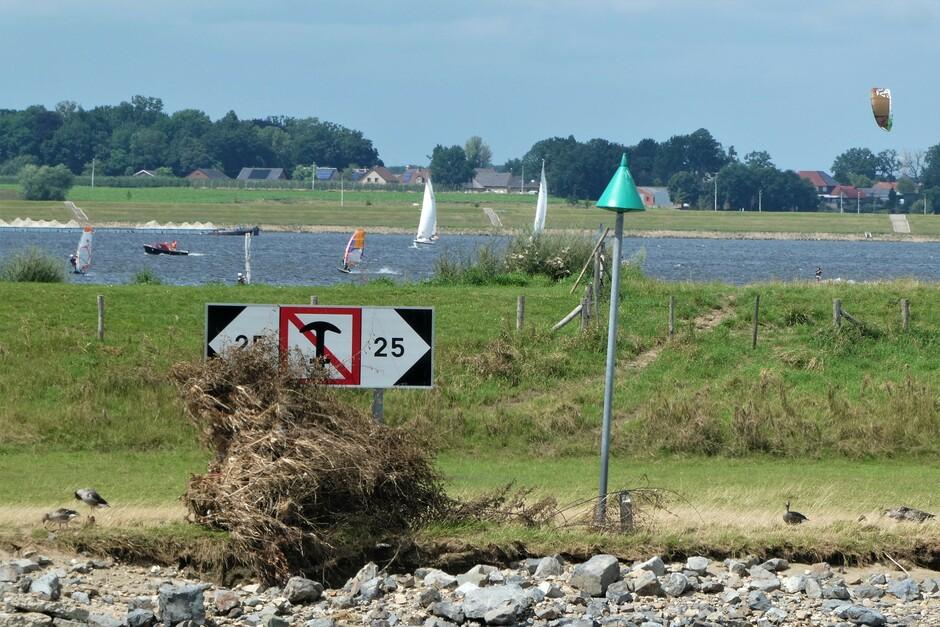Aangespoeld vuil, harde wind, langs Maas