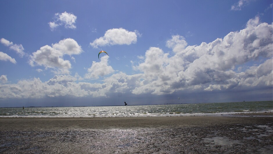 zon blauw mooie wolken aan de Westerschelde 19 gr goed surf weer