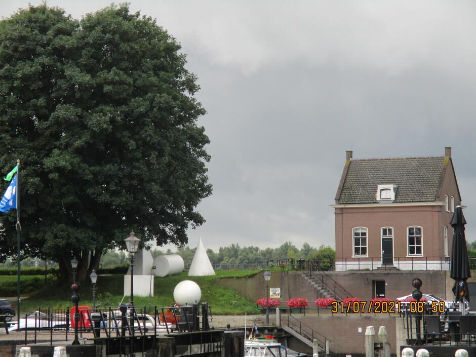 Brugwachtershuisje en links het witte een van kunstobjecten van Gorinchem