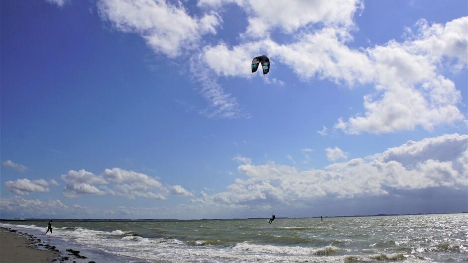 15.30 uur zon blauw wolken 20 gr op de Westerschelde surfen