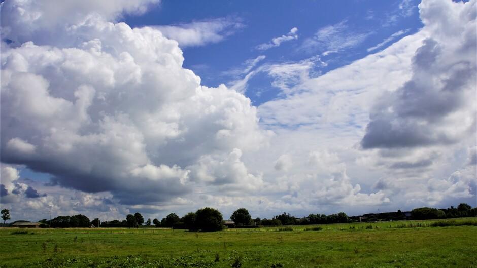 12.19 uur mooie wolkenluchten zon en blauw in de polder19 gr