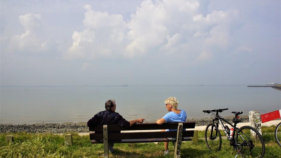 zon blauw wolken 21 gr onstabiele atmosfeer genieten op bankje aan de Westerschelde
