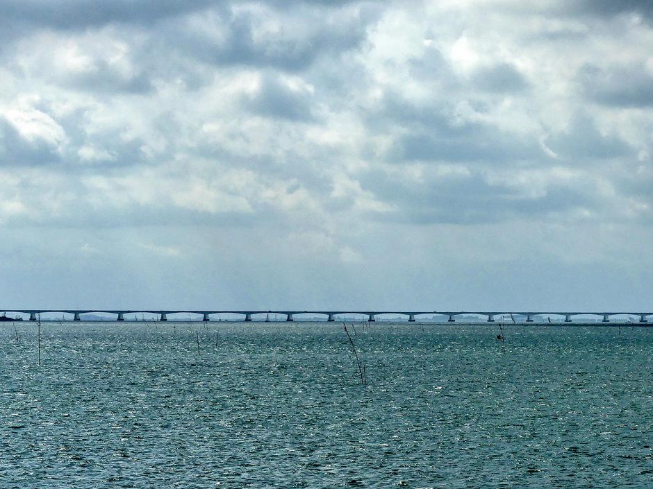 Zon wolken boven de Zeelandbrug