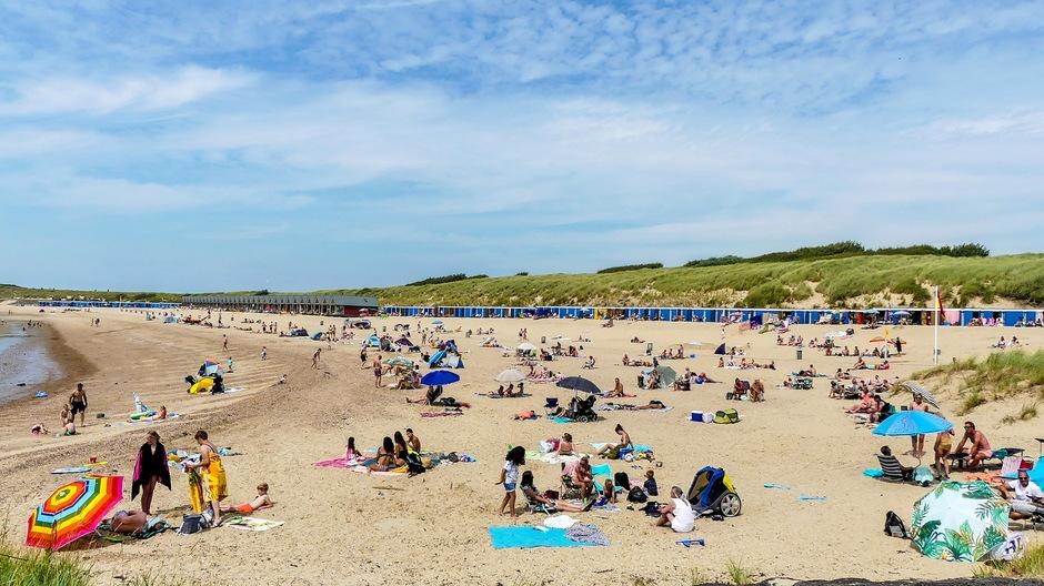 Zomerse zonnige stranddag