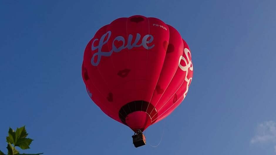 Luchtballon bij een blauwe lucht