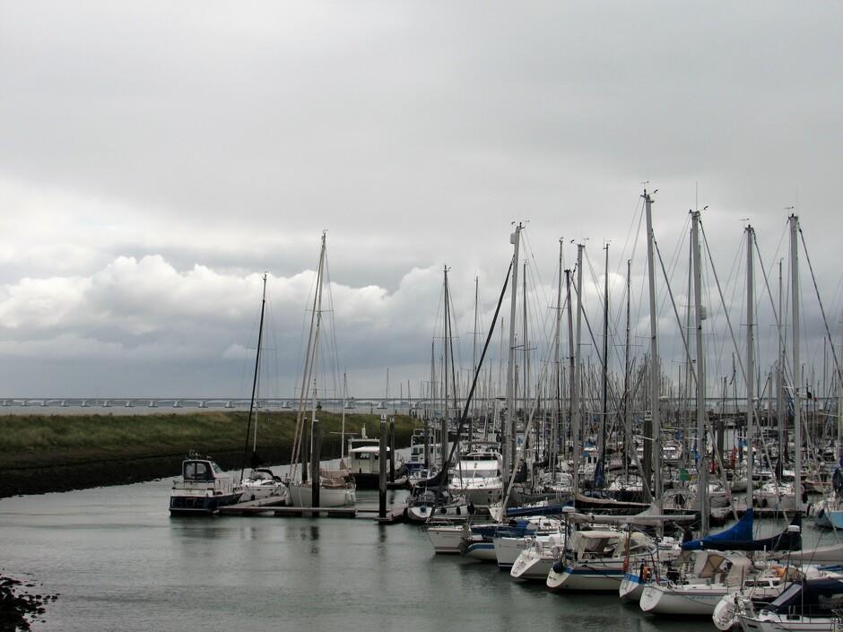 Dreigende lucht en veel wind bij de Jachthaven van Colijnsplaat