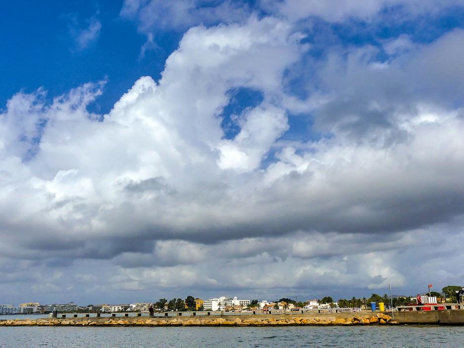 Afwisselend zon en groeiende stapelwolken