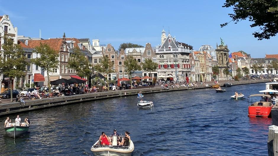 Druk langs het water in Haarlem