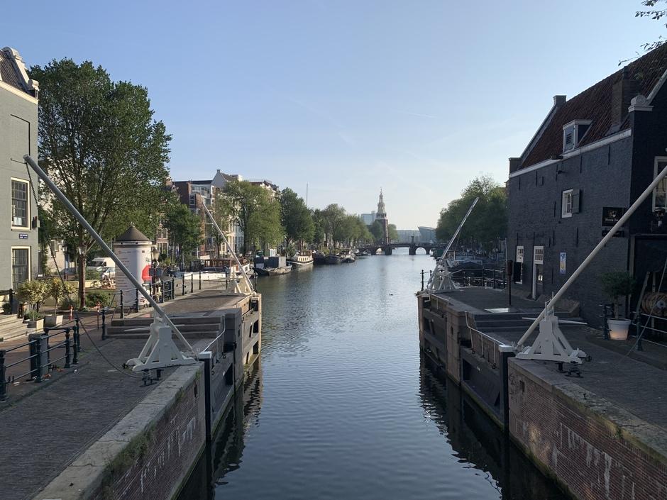 Zonnig Amsterdam vroeg in de ochtend
