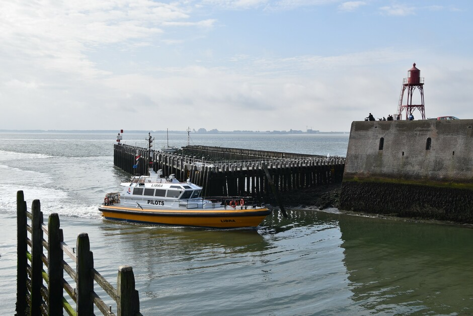 Loodsboot komt de haven binnen