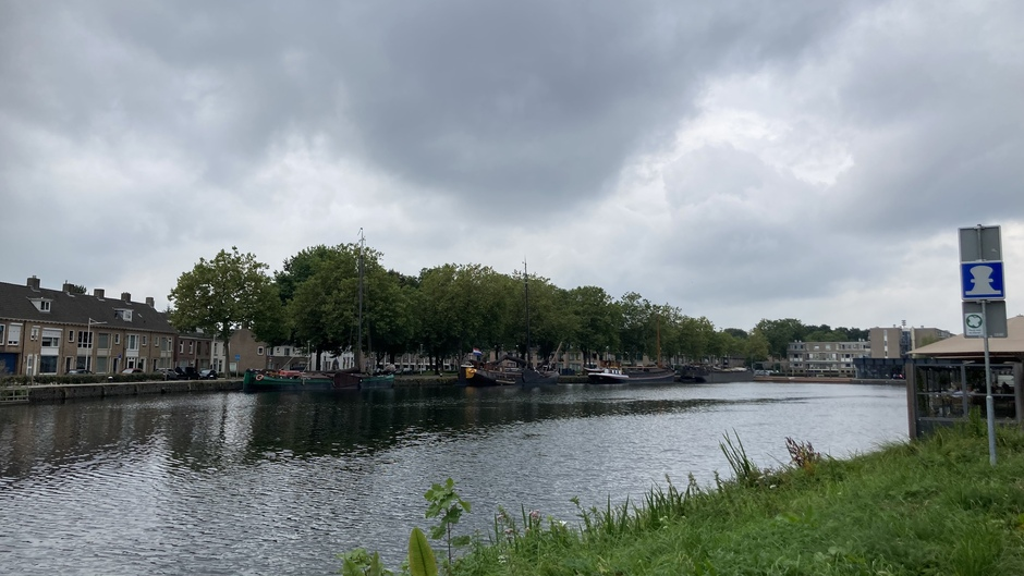 Donkere wolk boven de Piushaven