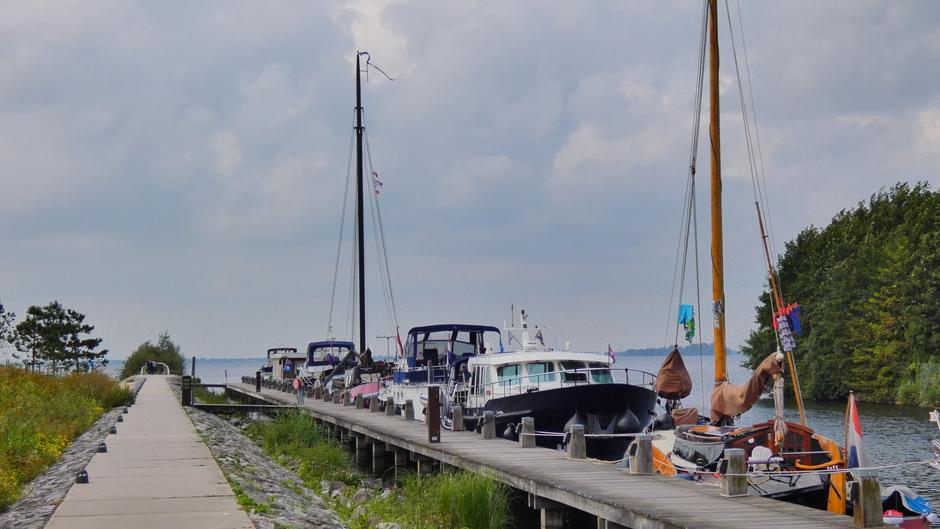 Haven van Harderwijk met schepen aangemeerd