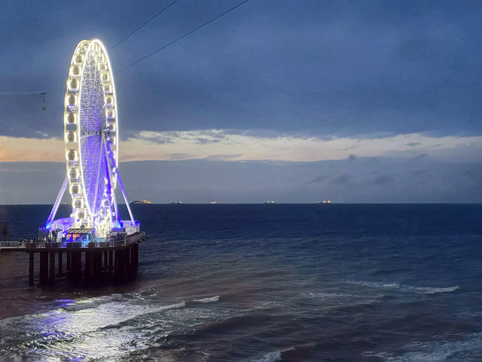 Reuzenrad bij de pier van Scheveningen bij nacht.
