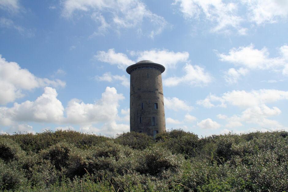 Zon en wolken boven de watertoren van Domburg