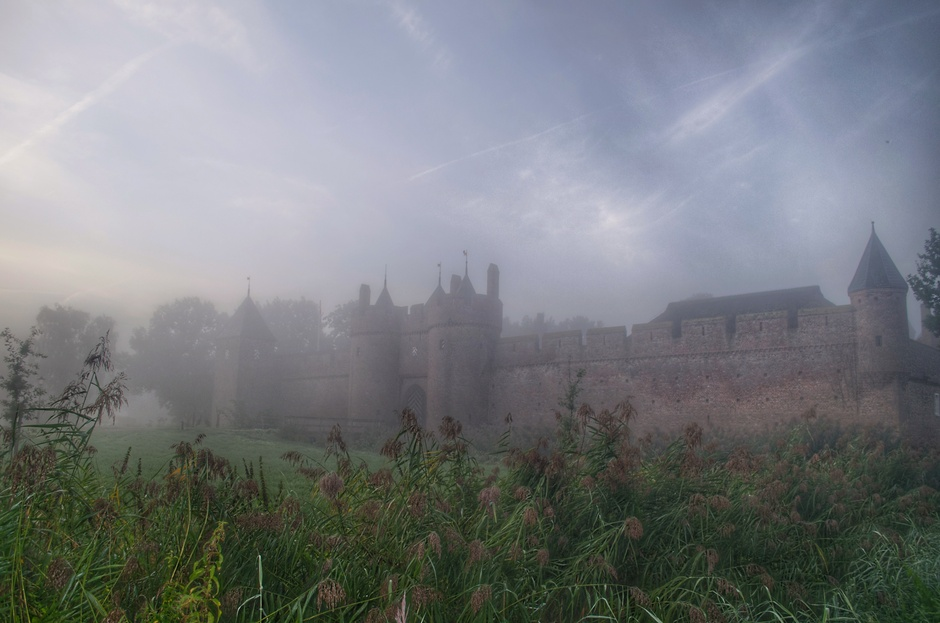 Een heerlijk sfeertje vanmorgen tijdens de mistige zonsopkomst bij het poortgebouw van kasteel Doornenburg