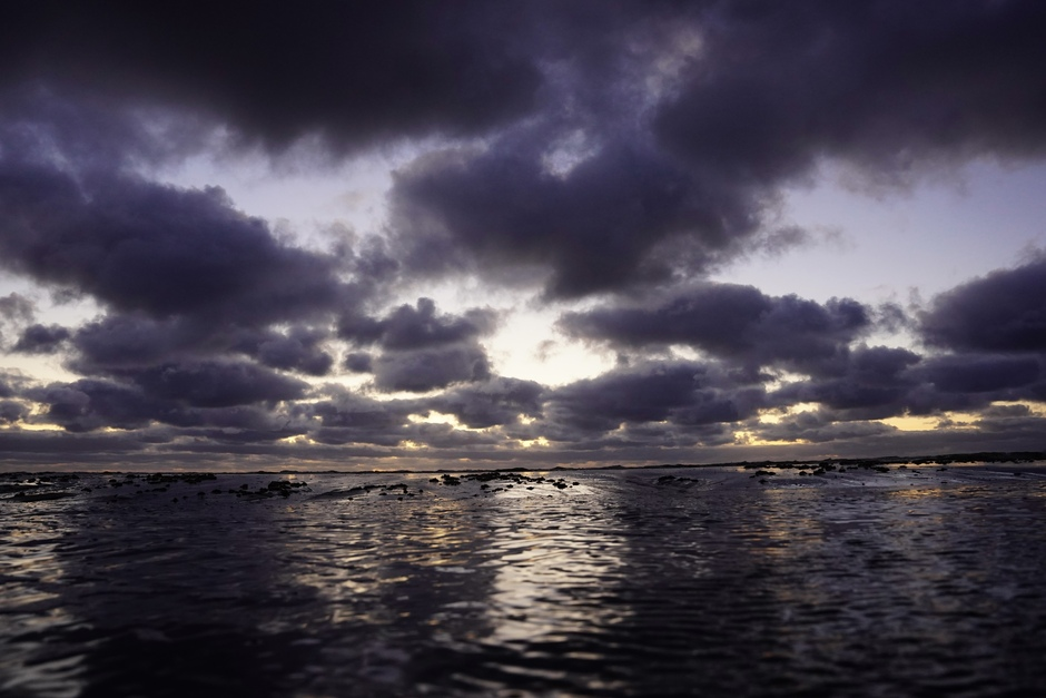 Bijzondere kleuren in de Wolken bij zonsondergang vanavond boven de Noordzee