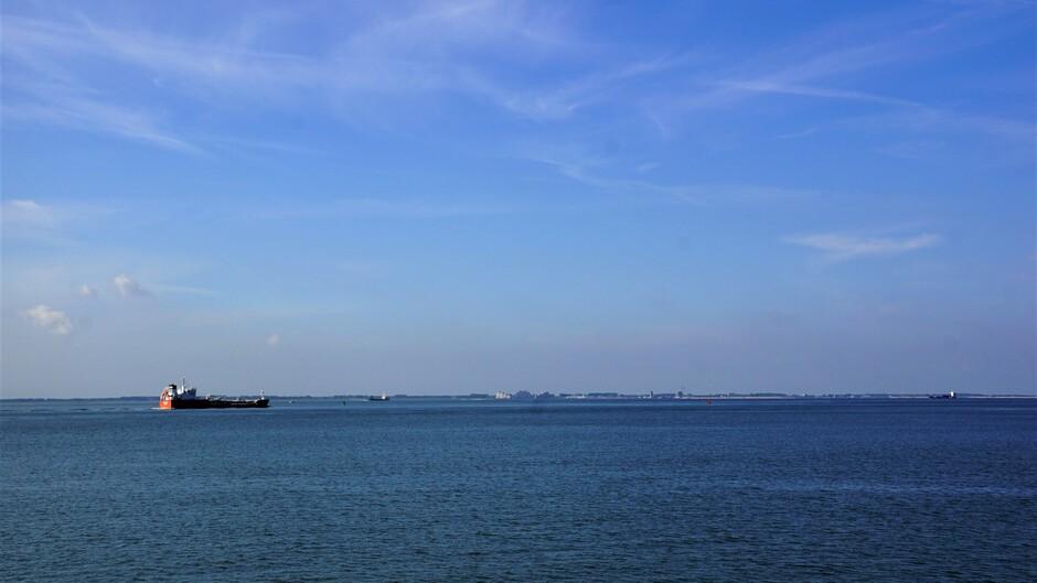 zon blauwe lucht wolkjes 19 gr op de Westerschelde