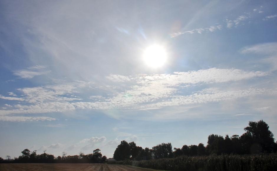 Zon en wolkenveldje.