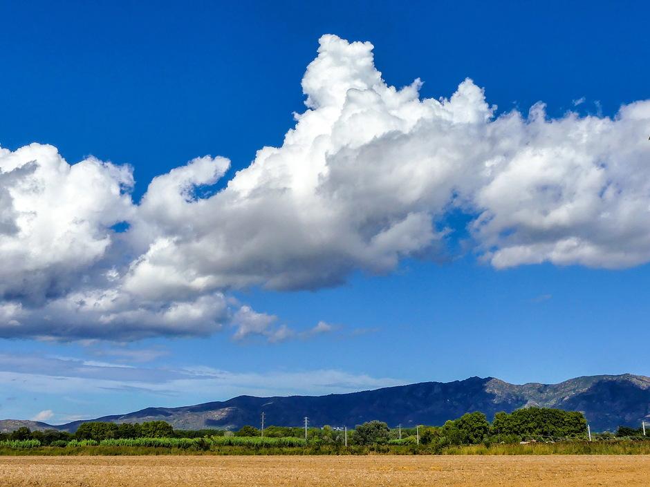 Zon en  groeiende stapelwolken